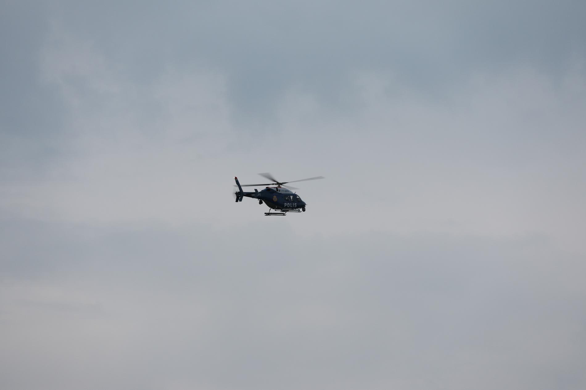 Helikopter har undersökt bland annat ett område vid en damm.