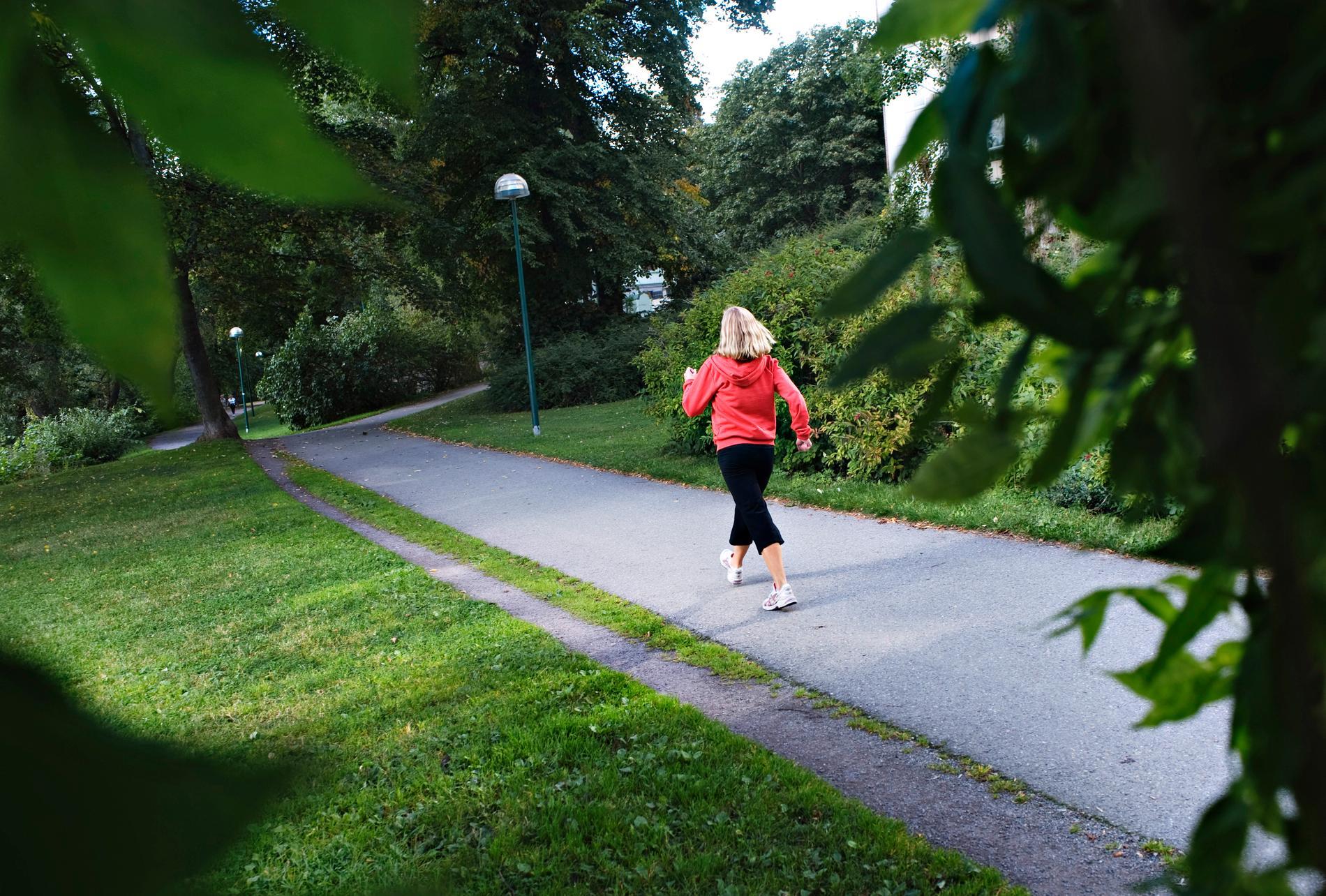 Vårväder och social isolering gör att en promenad är lämplig.