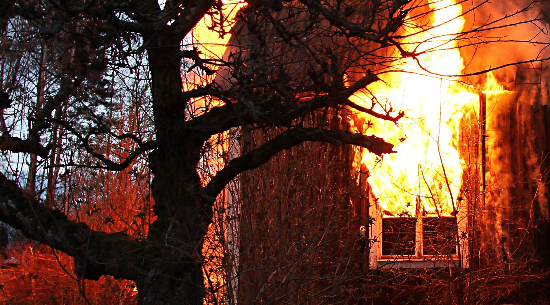 En person hittades död efter branden.