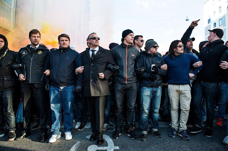 Förra året gick Johan Segui och Thomas Edselius med fansen i täten av marschen. Men efter nya polisbesked kan det bli annorlunda i år.