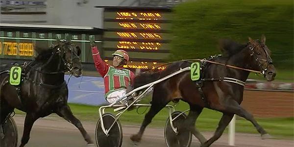 Steen Juul med segergest efter segern i EM för fem-åringar.
