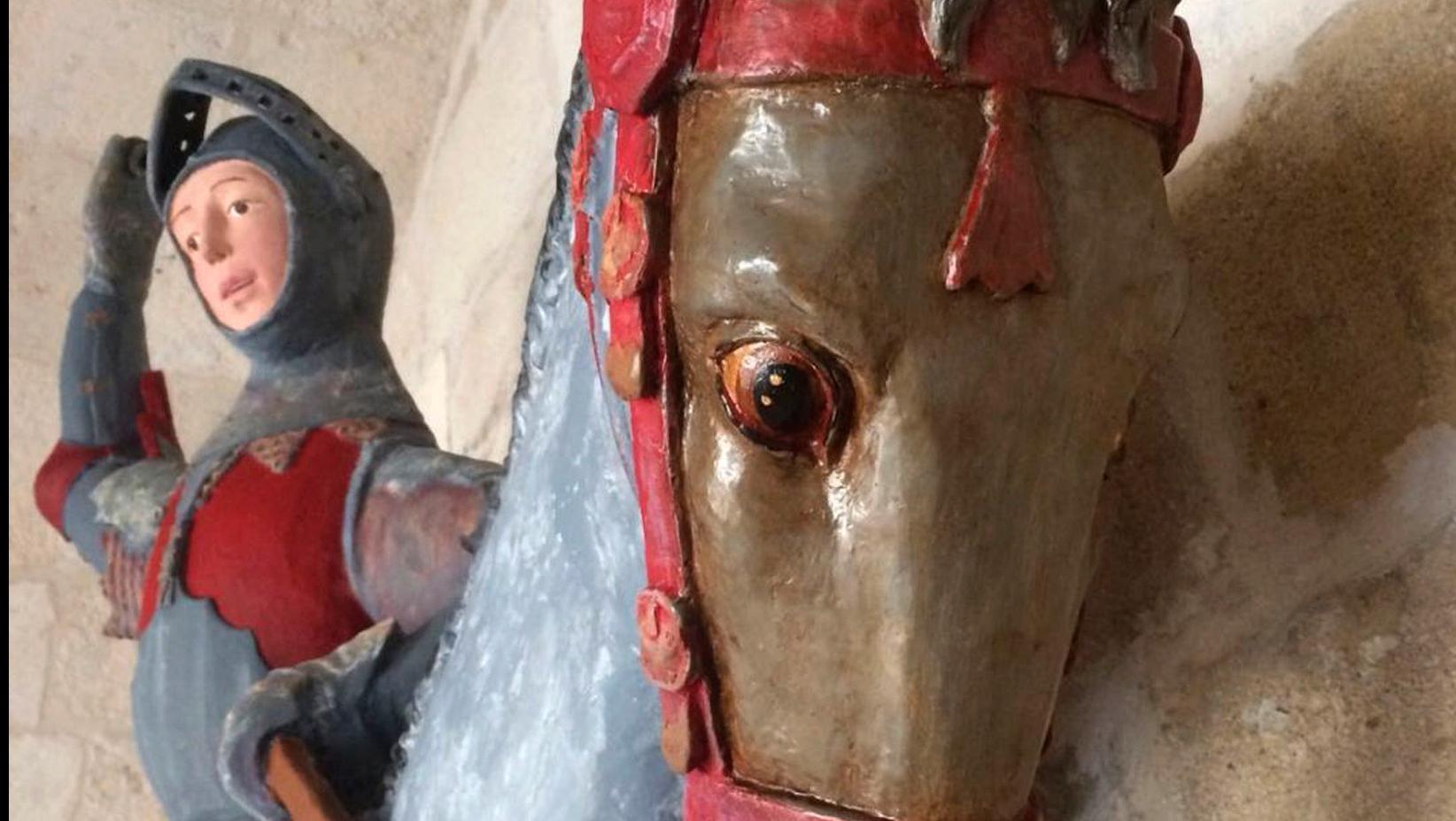 Skulpturen av Sankt Göran till häst över draken efter restaurering.