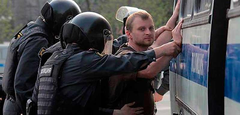 Aleksej Sachnin grips av rysk polis i samband med en demonstration mot Putin i Moskva.