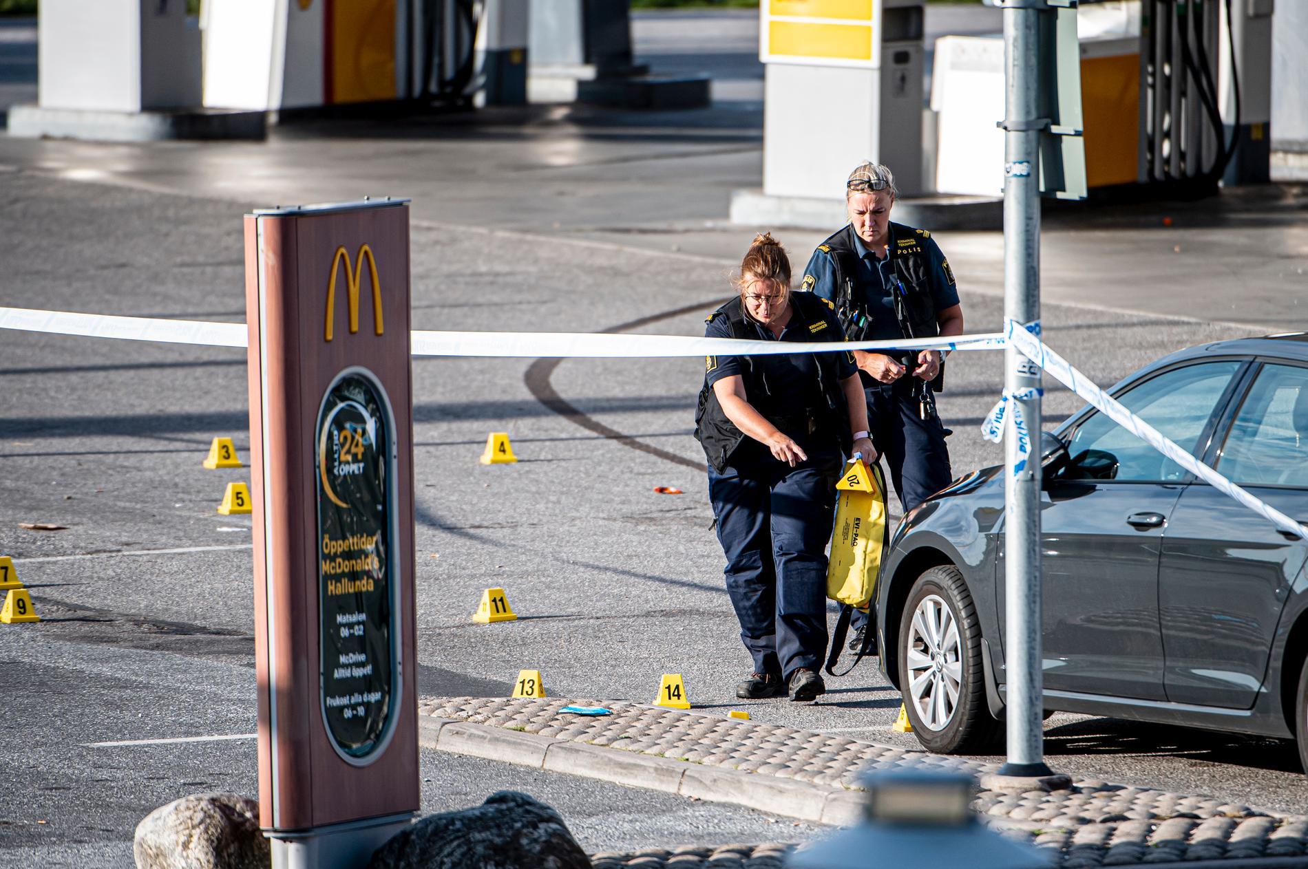 Polis säkrar spår på platsen där en flicka blivit skjuten.