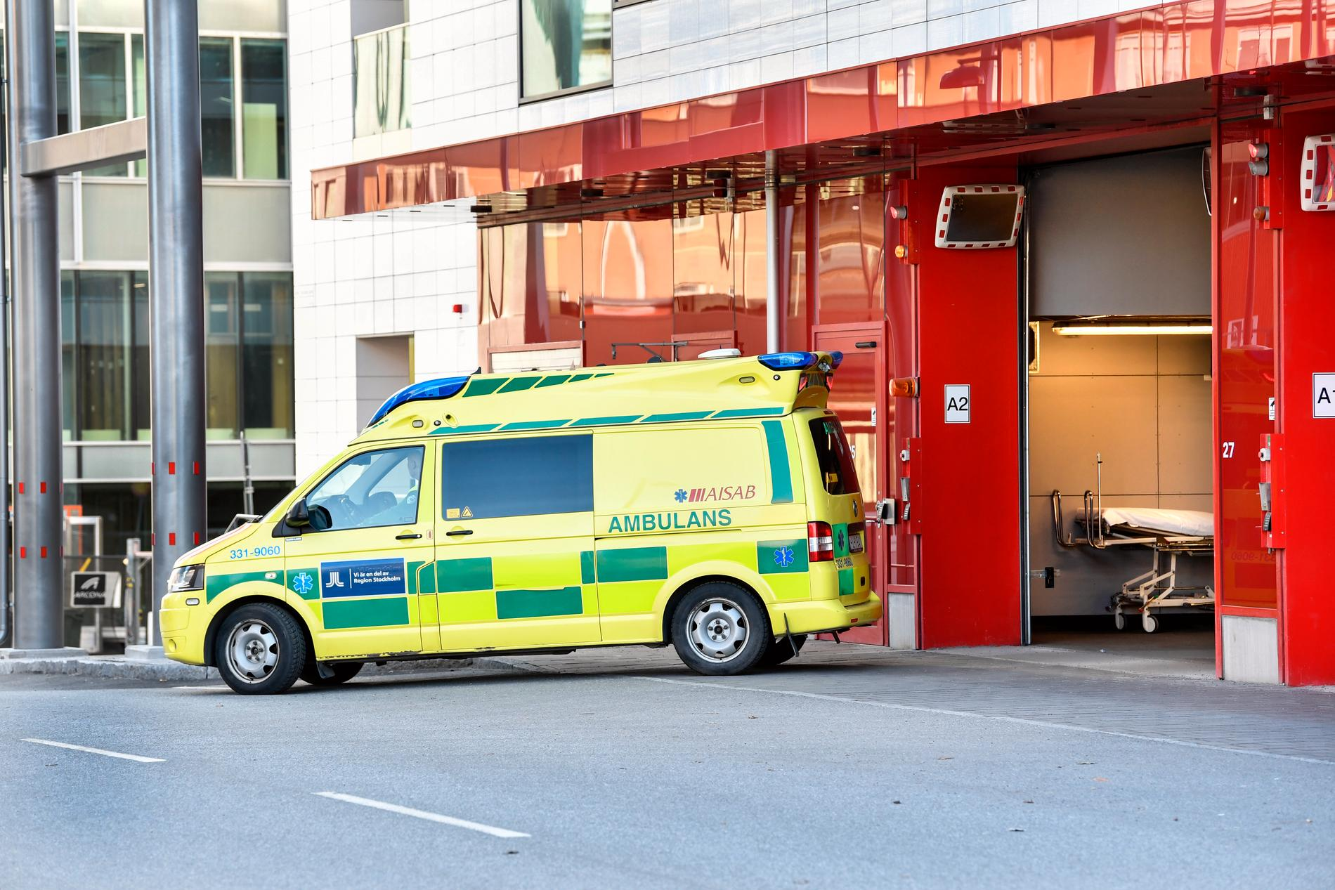 Ambulans vid intensivvårdsakuten på Karolinska sjukhuset i Solna.