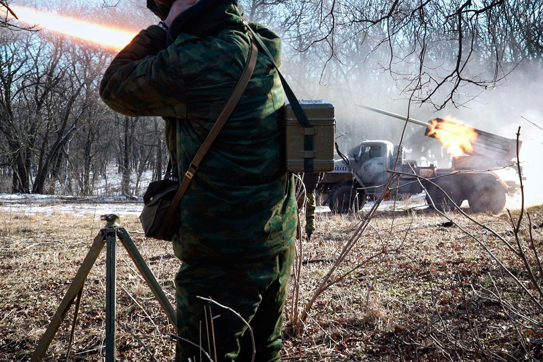Proryska rebeller i östra Ukraina avfyrar missiler mot regeringstrupper.