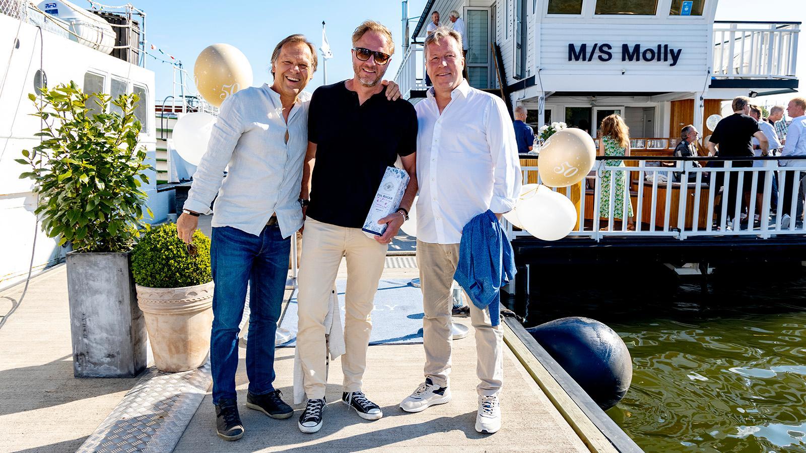 """Tidigare bordtennisstjärnorna Mikael """"Äpplet"""" Appelgren och Jan-Ove Waldner matchade i vita skjortor.  I mitten författaren och coachen Olof Röhlander."""
