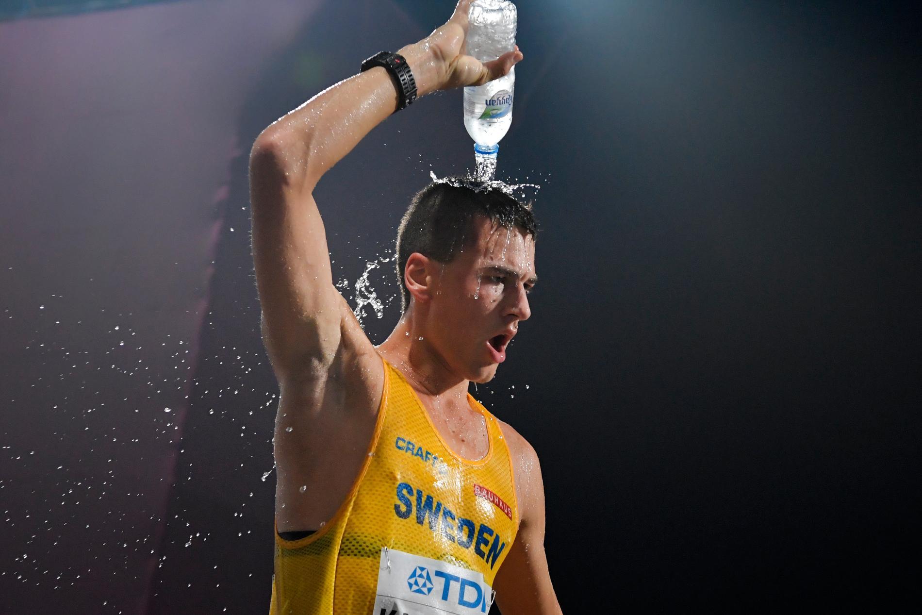 Gångaren Perseus Karlström svalkar sig med vatten när han tog VM-brons 2019 i Doha. Arkivbild.