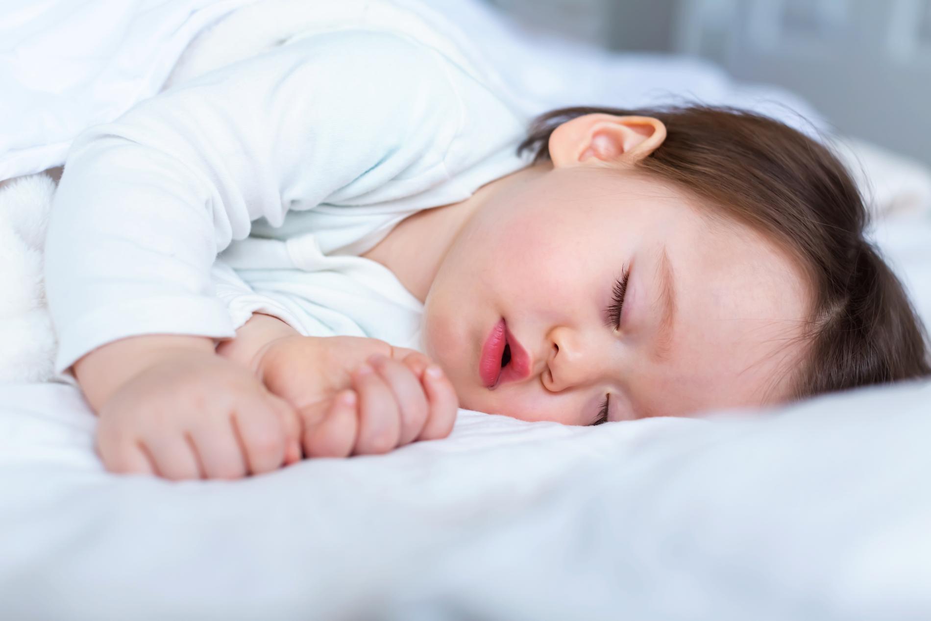 Så får du ditt barn att sova gott på egen hand.