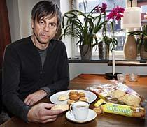kaffebröd med tillsatser Den hemlige kocken, Mats-Eric Nilsson, har i flera avsnitt berättat om tillsatserna i mat. Få livsmedel innehåller dock så mycket tillsatser som kaffebrödet. Ett tydligt bevis på det är den långa hållbarheten på produkterna.