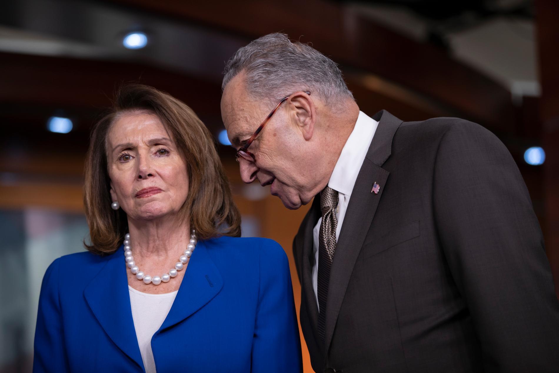 Ledaren för Demokraterna i representanthuset Nancy Pelosi och senatens minoritetsledare Chuck Schumer kritiserar Donald Trump skarpt efter att ett mediebolag och flera toppdemokrater mottagit bombhot. Arkivbild.