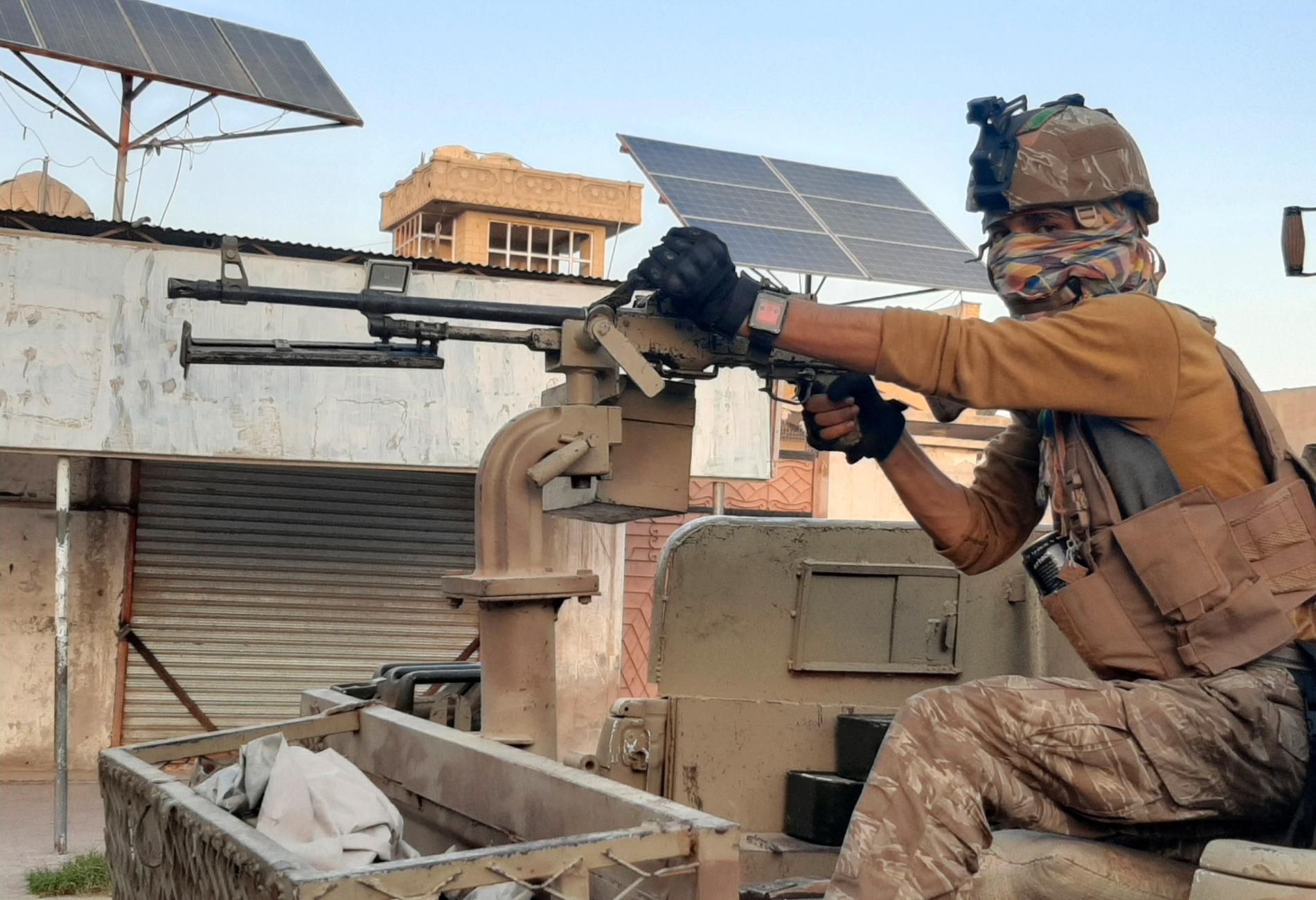 Afghanska regeringsstyrkor patrullerar en övergiven gata under striderna mot talibanerna i den sydliga staden Lashkar Gah, väster om Kandahar, den 3 augusti.
