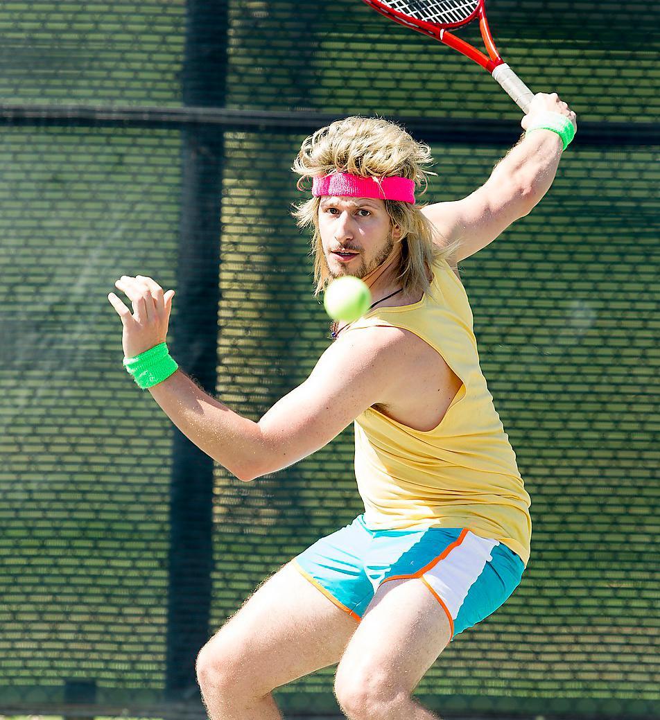 """Komiska geniet Andy Samberg spelar Venus och Serena Williams adopterade bror, Aaron Williams, i HBO:s nya låtsasdokumentär """"7 days in hell"""". Foto: HBO"""