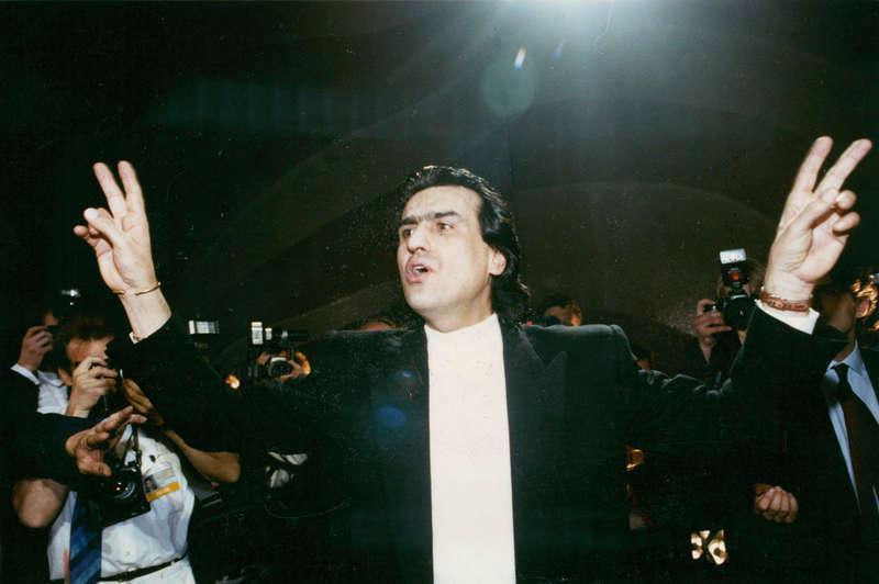 """EU-PHORIA. Italiens Toto Cutugno tar hem segern i Zagreb 1990 med EU-hyllningen """"Insieme: 1992""""."""