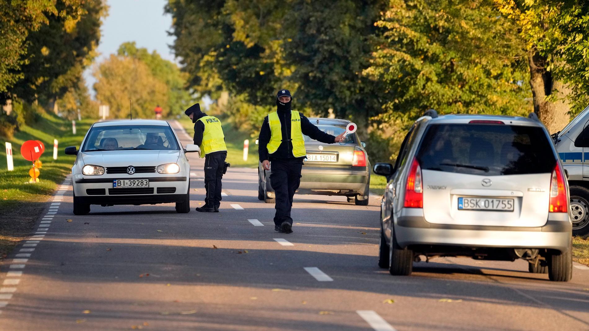 Polsk polis stoppar bilar vid gränsen mot Belarus. Arkivbild.