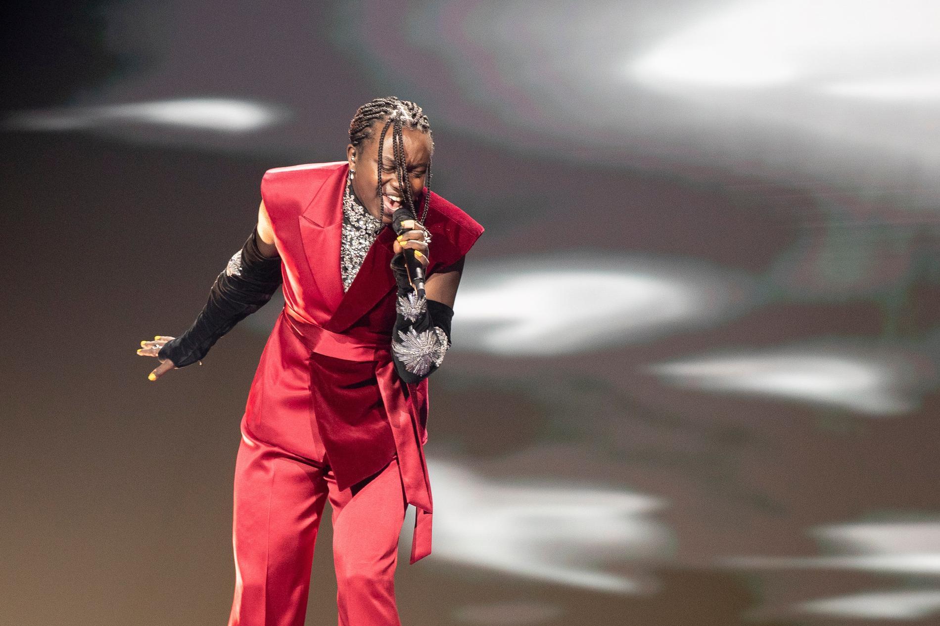 Tusse visar upp sina nya scenkläder på scenen i Rotterdam
