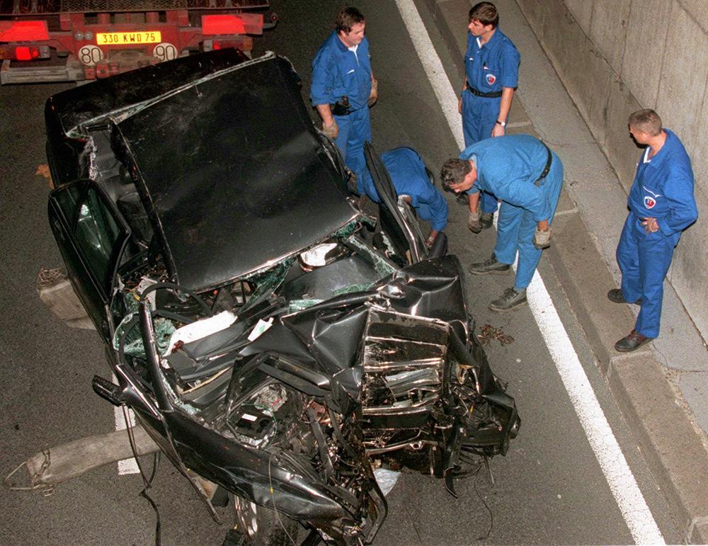 Diana och Dodi färdades i en Mercedes när chauffören förlorade kontrollen över bilen. Vraket undersöktes noga efter olyckan.