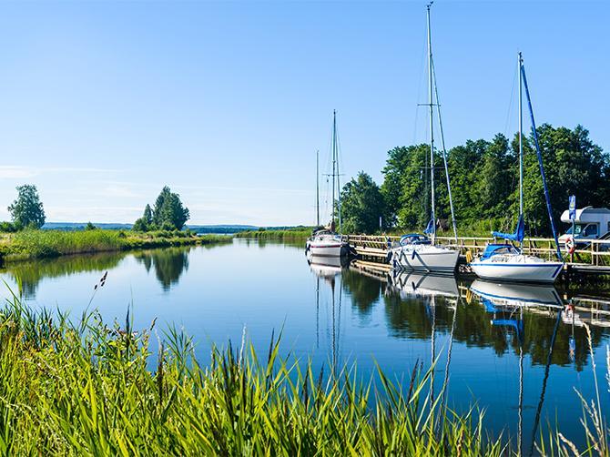 Göta Kanal sträcker sig genom Västergötlands landskap. Längs kanalen kan ni ta en dagsutflykt, och stanna vid olika cafeér för att njuta av sommaren.