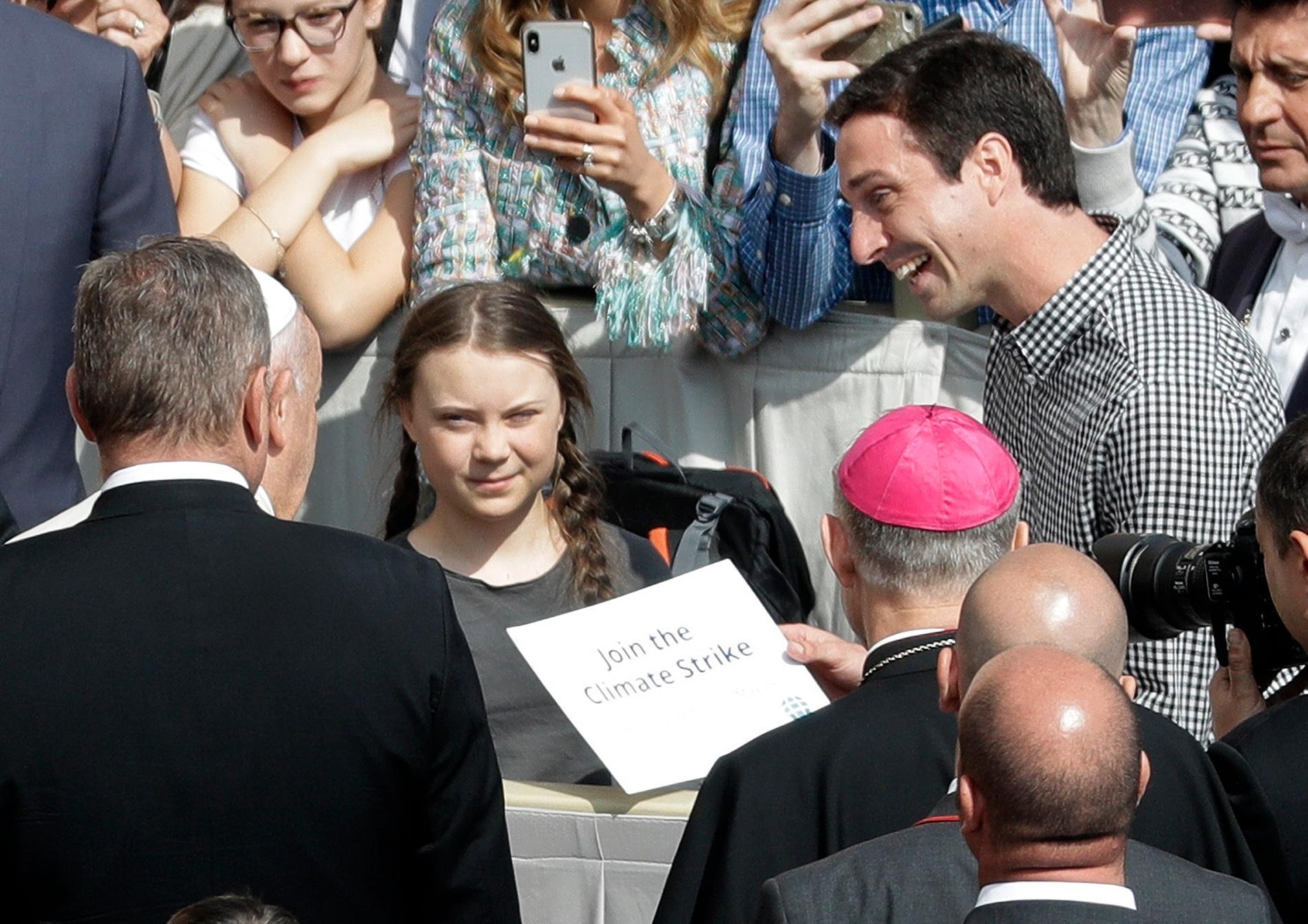 Greta Thunberg och påve Franciskus på Petersplatsen.