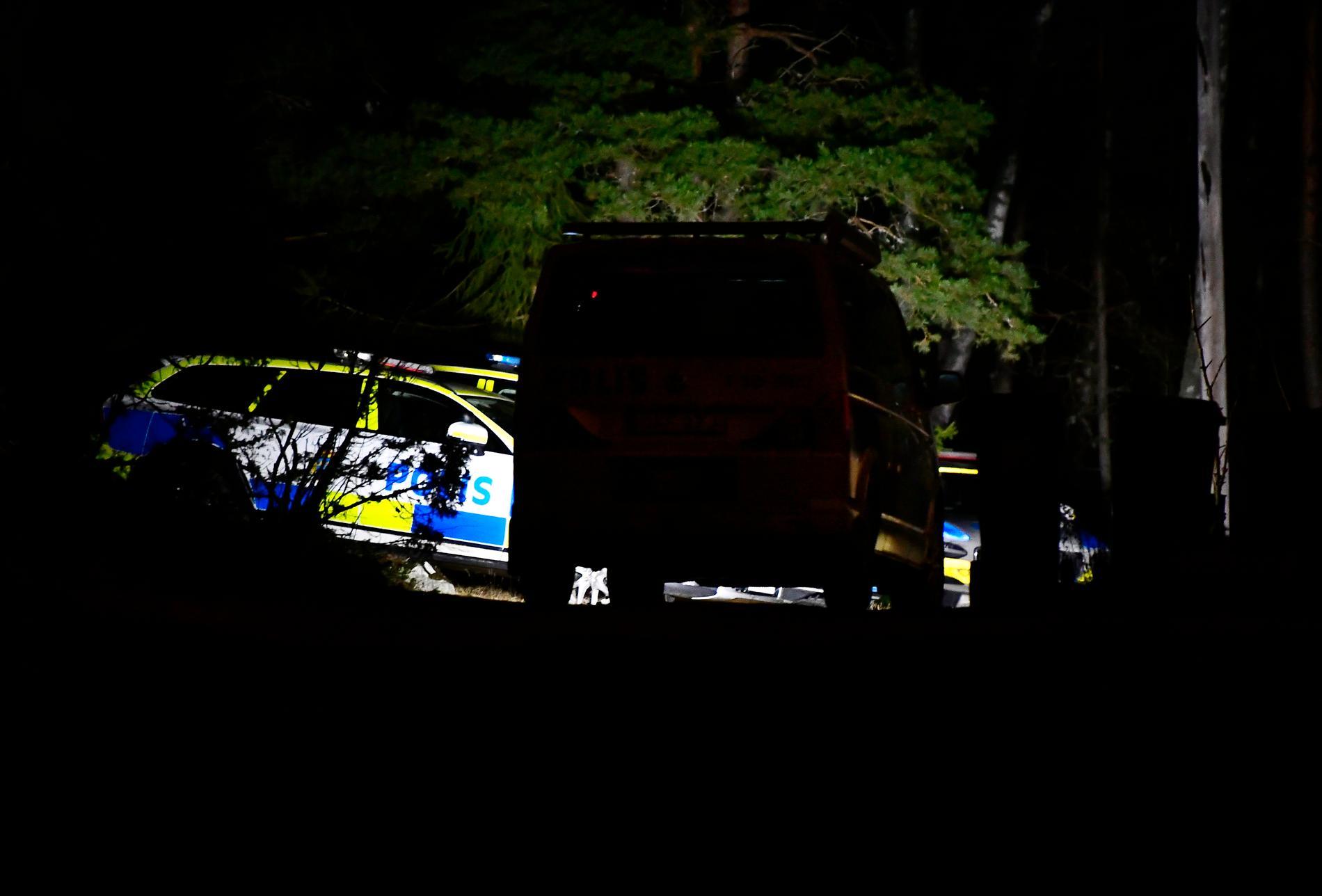 Polisen var på plats under natten vid villan.