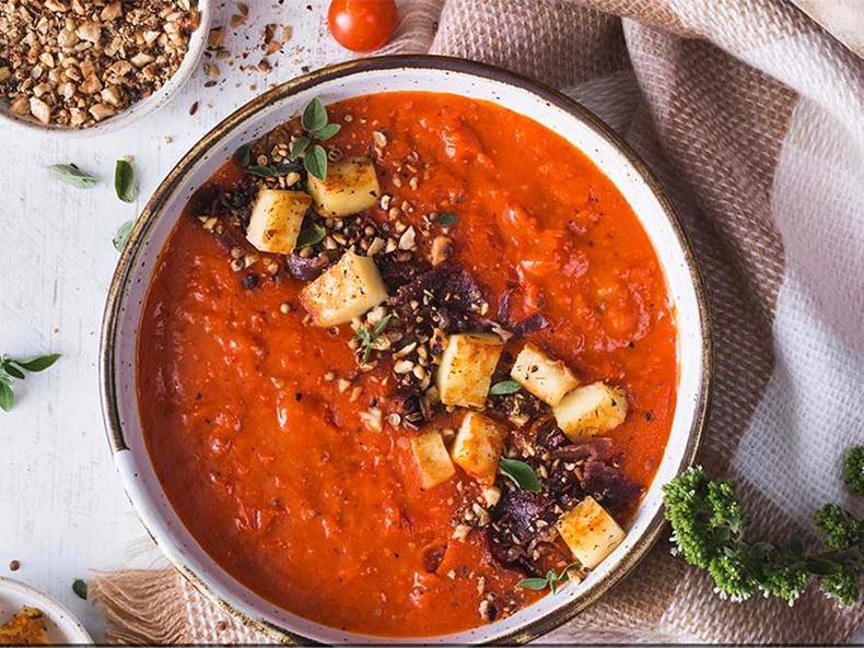 Gazpacho med halloumi och dukkah.