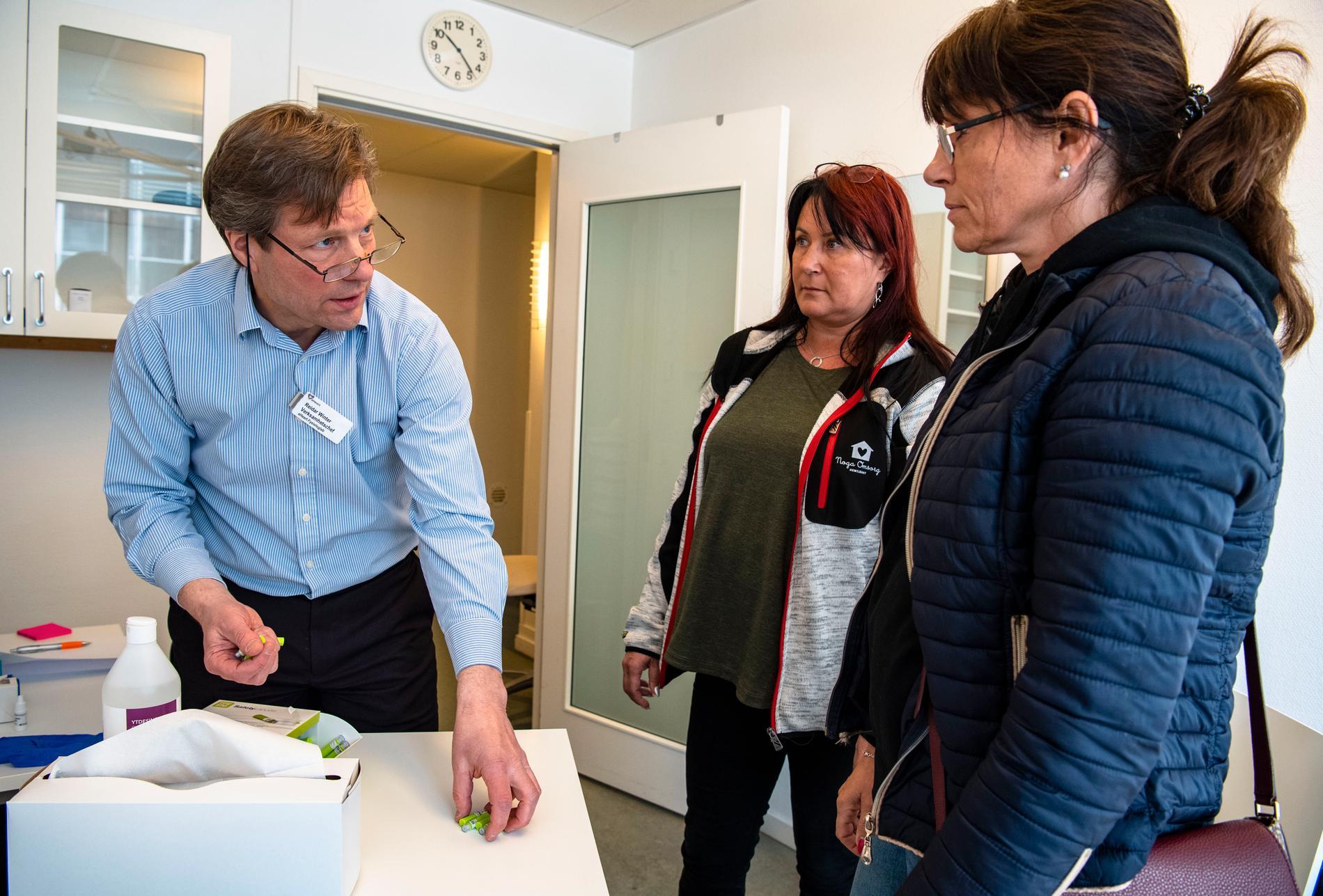 Reidar Winter levererar tester till Catrin och Anna från Hemtjänsten i Haninge.