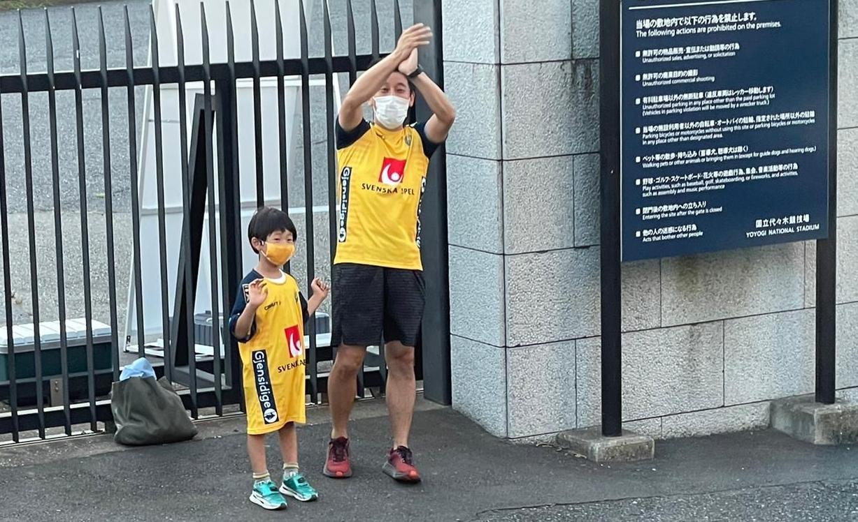 Shin-ichi Murata och sonen Sakaruto hejar på det svenska handbollslandslaget utanför OS-arenan Yoyogi i Tokyo.