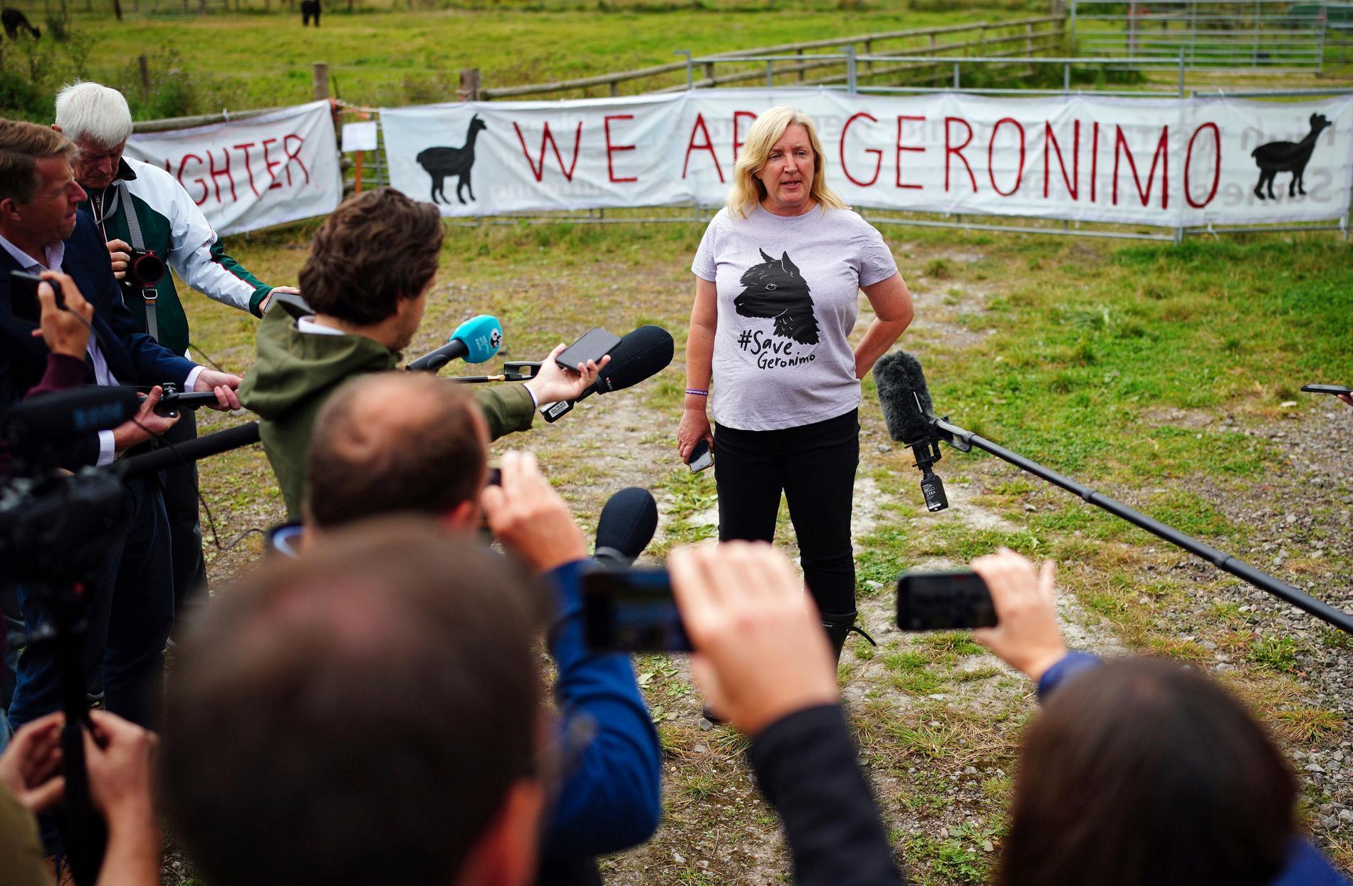 Geronimos ägare Helen Macdonald håller presskonferens.
