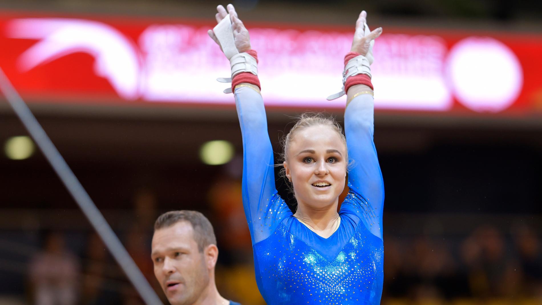 Gymnasten Jonna Adlerteg i barrkvalet vid VM i Doha, Qatar.