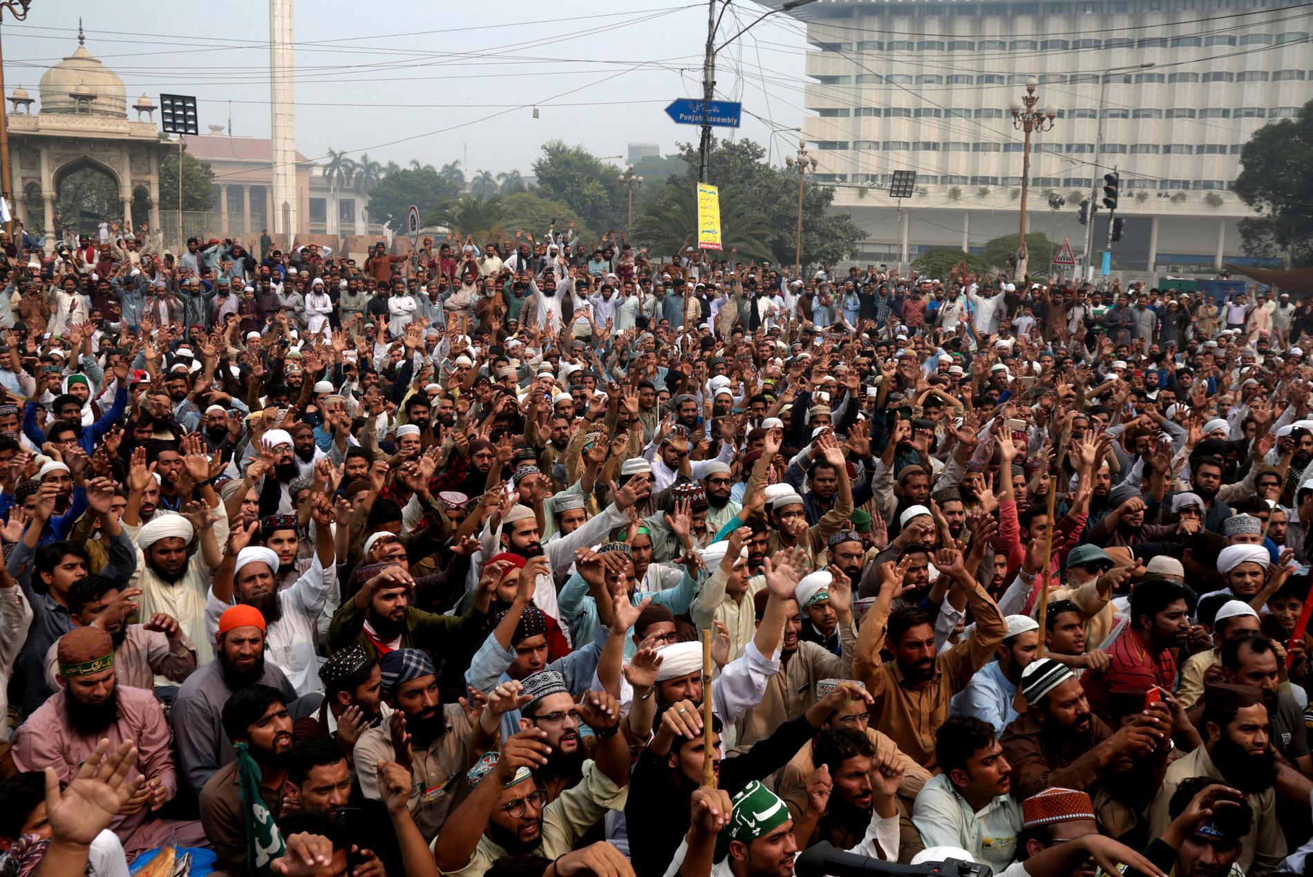 Radikala islamister i protest mot friandet av Asia Bibi, på ett torg i Lahore den 1 november 2018. Arkivbild.