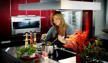 Lyxigt och smart Den rostfria arbetsbänken blir den självklara medelpunkten i köket.