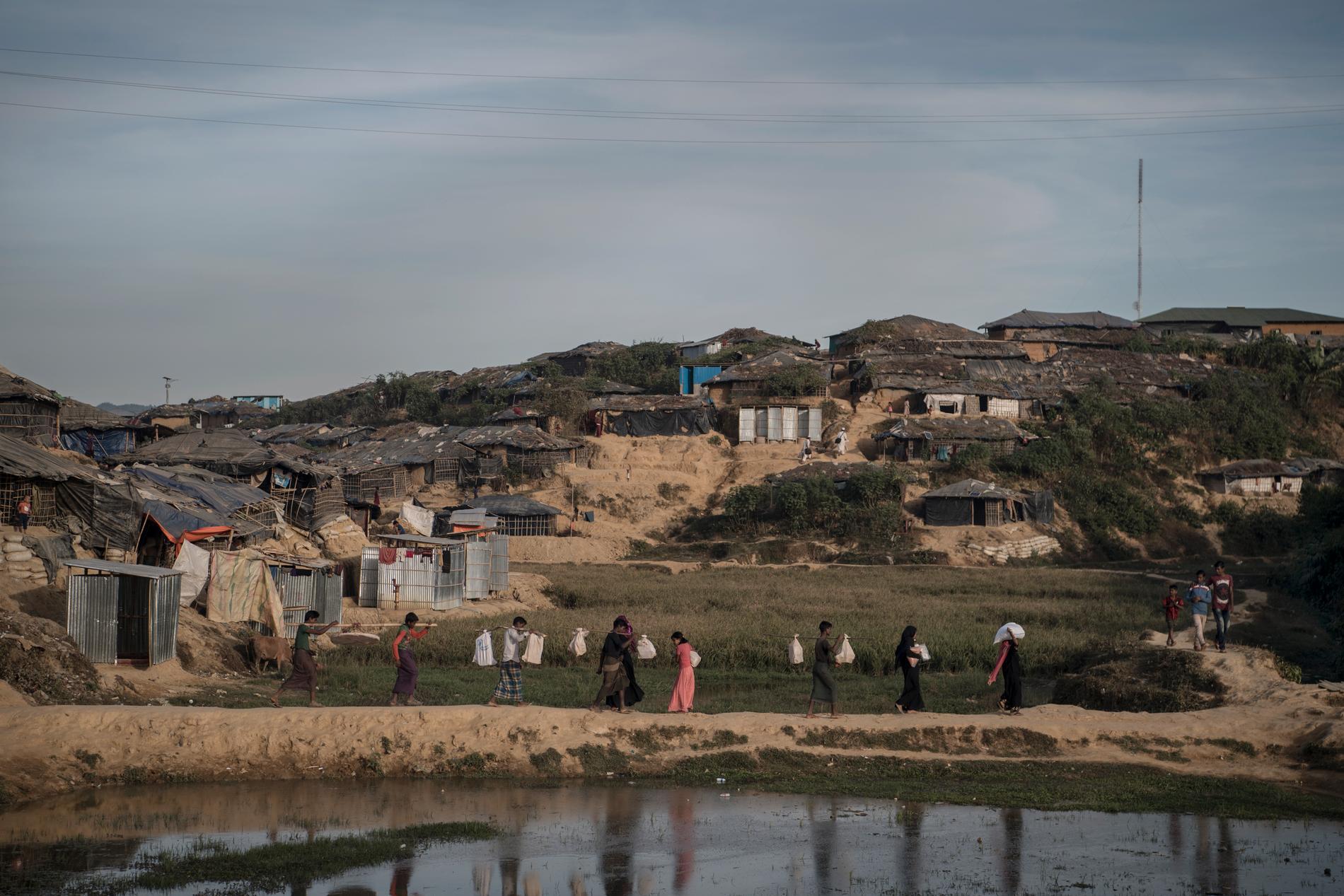 Den bergiga skogen som en gång i tiden var elefanternas promenadstråk har nu blivit ett av världens största flyktingläger och fått namnet Kutupalong. Här bor rohingyer trångt i oländig terräng. Att bära hem mat och förnödenheter från distributionscentren kan ta timmar.