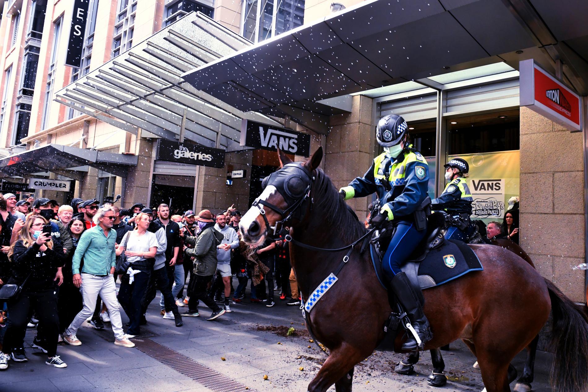 Polis och demonstranter drabbar samman i Sydney på lördagen.