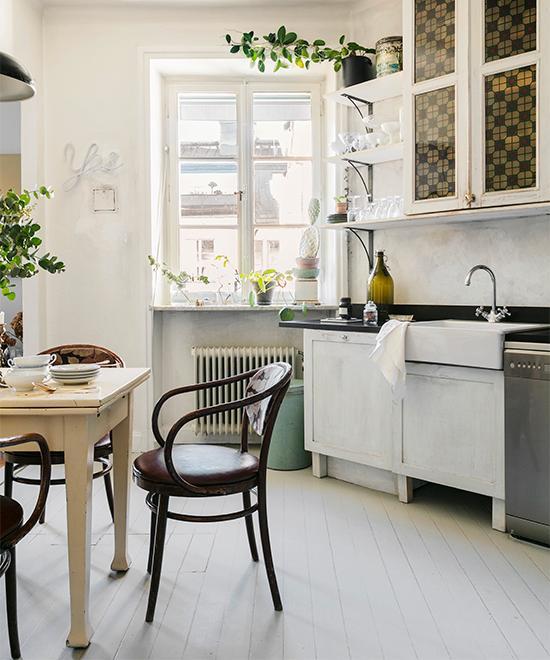 Köksstolarna som har omklädd dyna, har Lotta köpt på Bukowskis. Matbordet har hon hittat på Returskänken i Norrtälje.