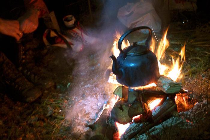 Att elda i skogen är oftast okej, men det är viktigt att vara försiktig så att elden inte sprider sig.