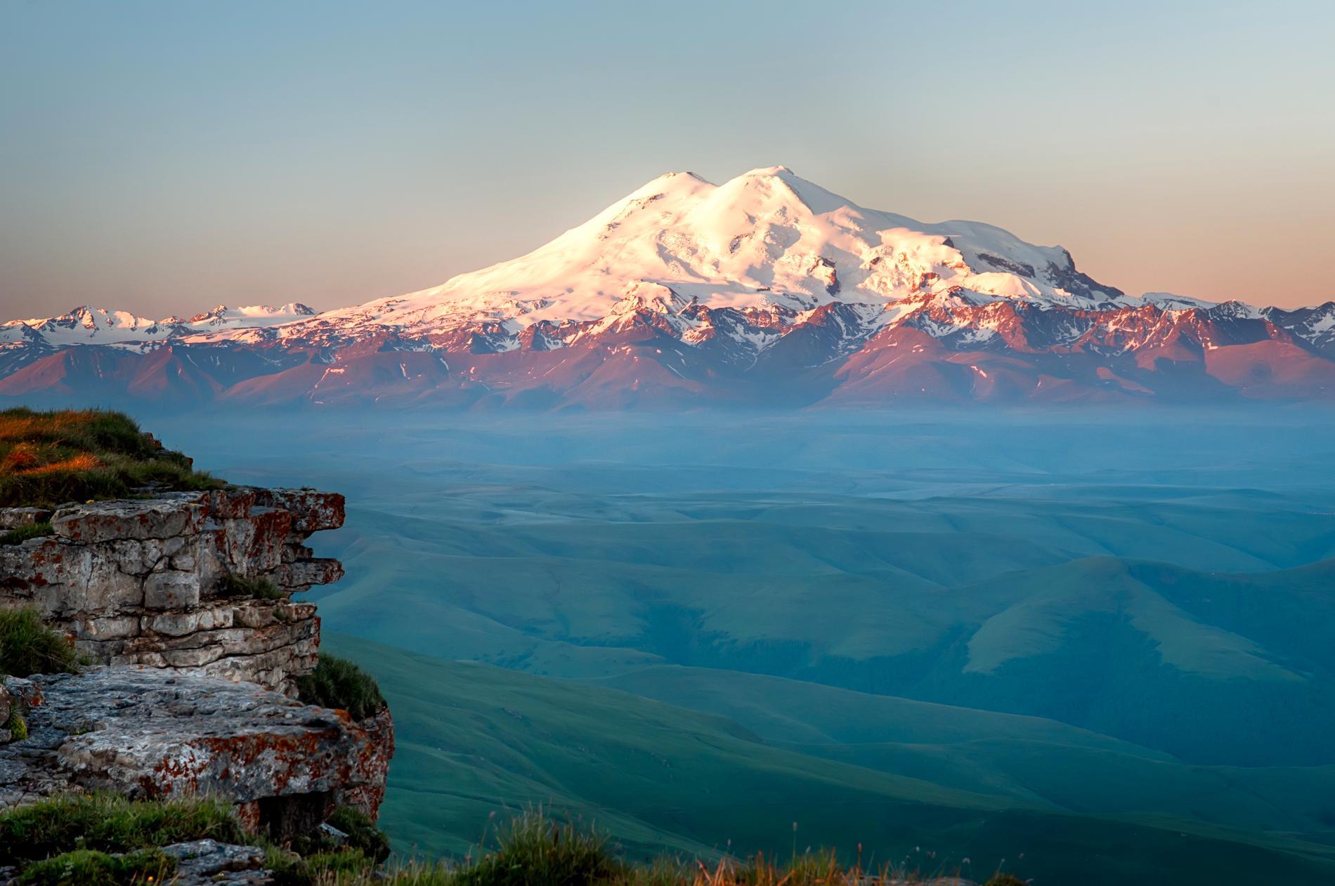 Vill du bestiga Europas högsta berg? Då får du ta dig till Mount Elbrus.