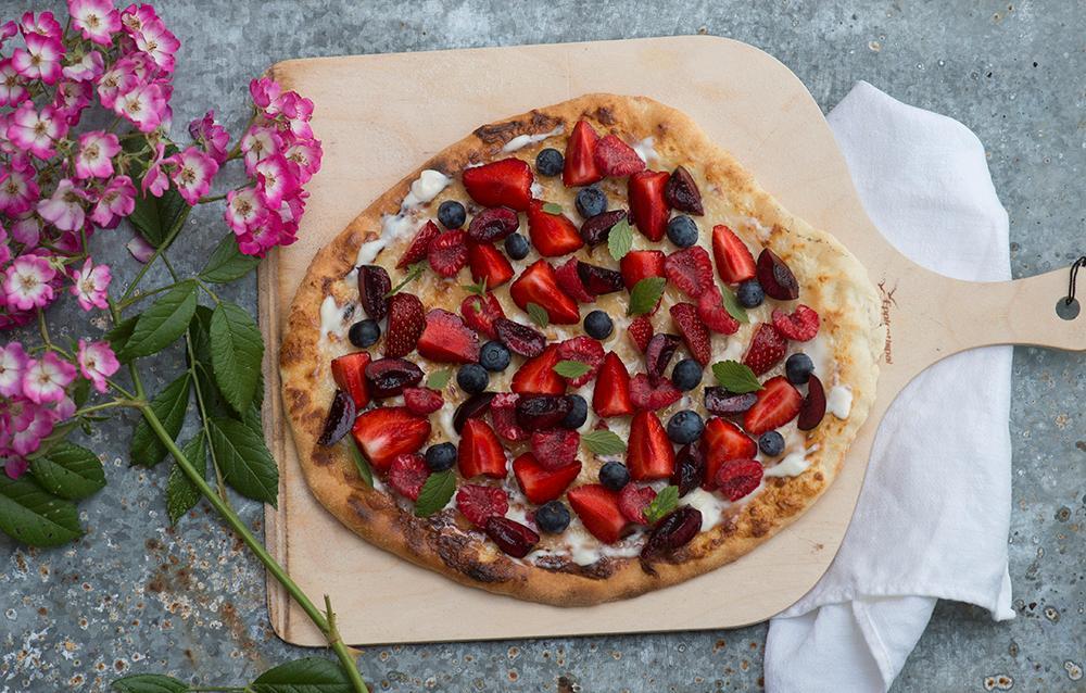Dessertpizza med färska bär och mascarpone.