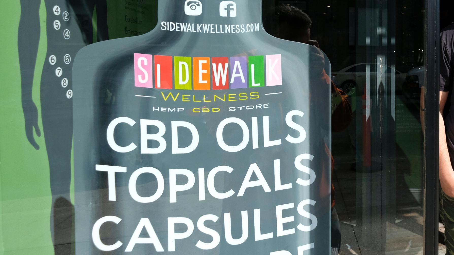 Trots förbud fortsätter många nätbutiker att sälja så kallad CBD-olja som innehåller cannabinoider.
