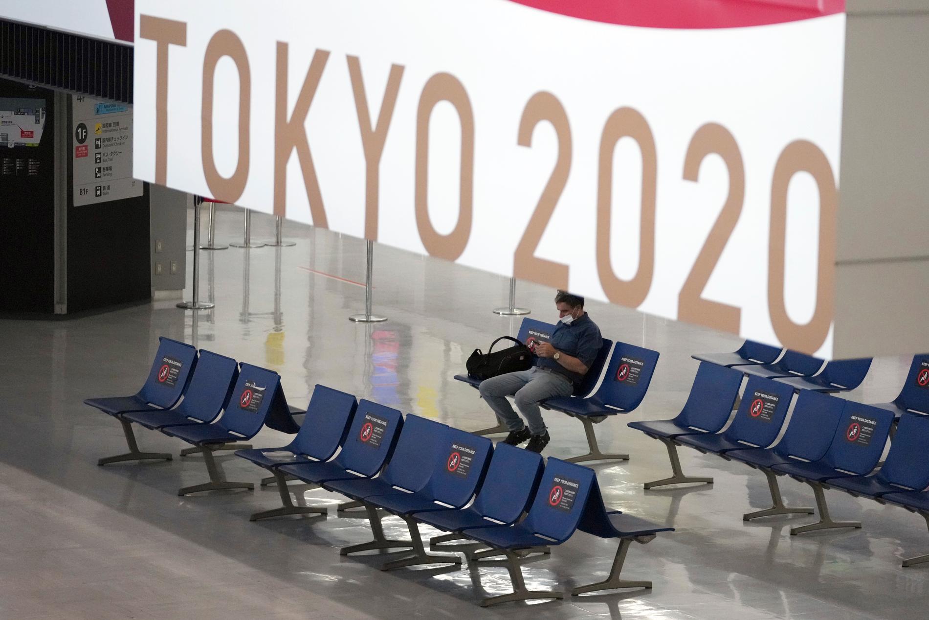 En man i munskydd på flygplatsen Narita, öster om Tokyo. Den japanska huvudstaden registrerar rekordmånga covidfall, samtidigt som den står värd för OS. Arkivbild.