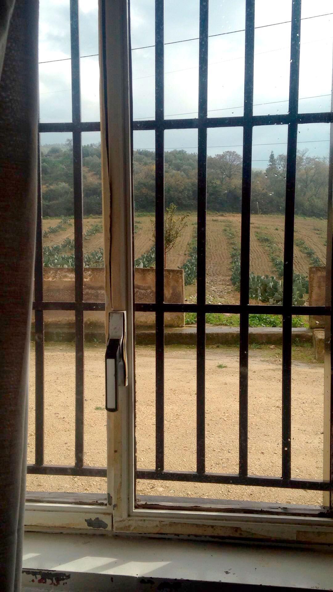 """""""Barnhemmet"""" på Sicilien har galler för fönsten."""