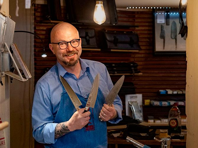 """""""Jag tycker att du ska köpa en kniv av smitt stål för då är den återslipningsbar och du kan ha glädje av den minst 20 år"""", säger  knivexperten Pigge Hall."""
