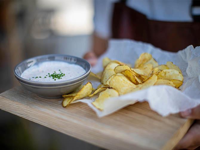 Härligt snacks att börja med på dejten:  Chips med löjromsdipp.