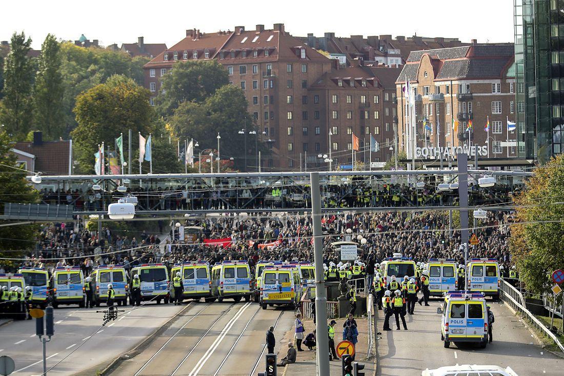 Polis stoppar motdemonstranter vid NMR:s demonstration i Göteborg.