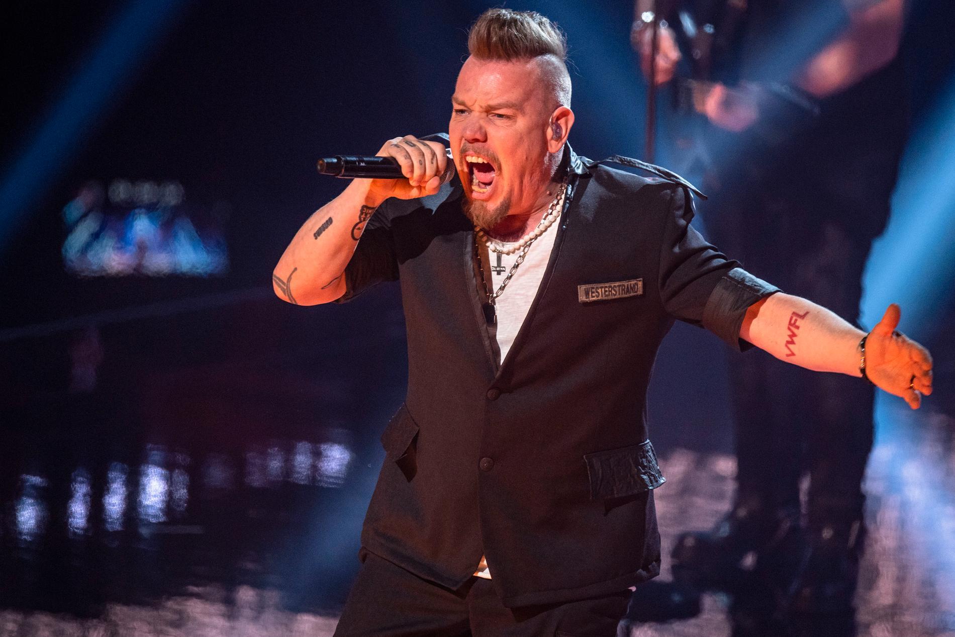Lillasysters Martin Westerstrand på scenen under första deltävlingen av Melodifestivalen 2021