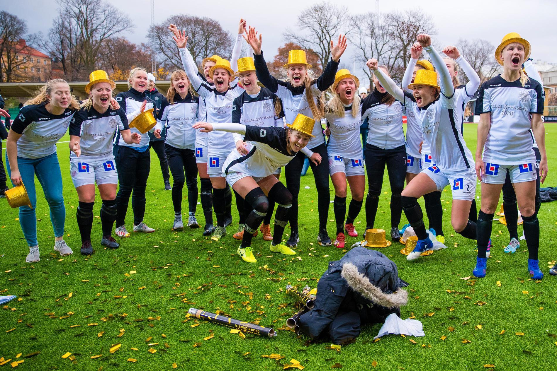 Spelare i Uppsala firar avancemanget till allsvenskan hösten 2019.