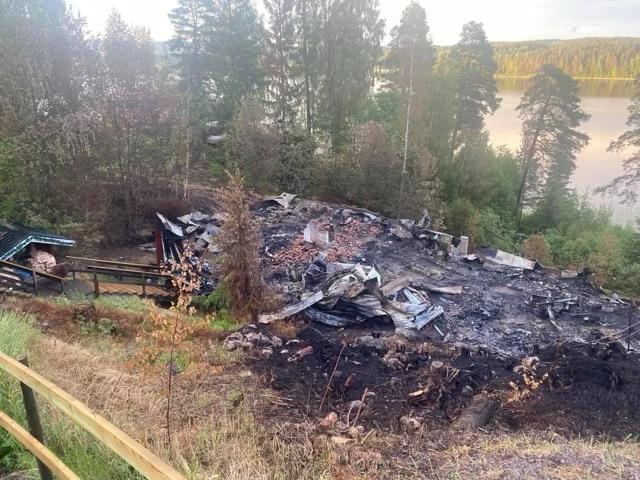 Bostaden brann ner till grunden.