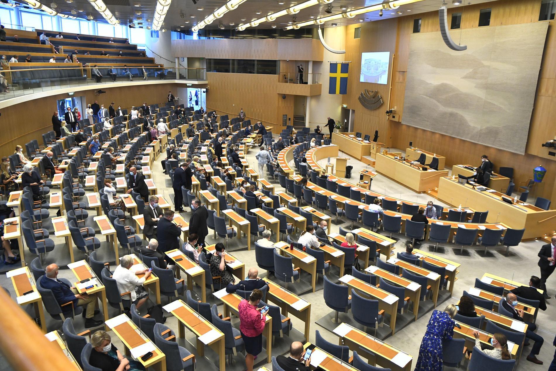 Riksdagsledamöterna börjar anlända till riksdagens plenisal för omröstningen av ett förslag om misstroendeförklaring.
