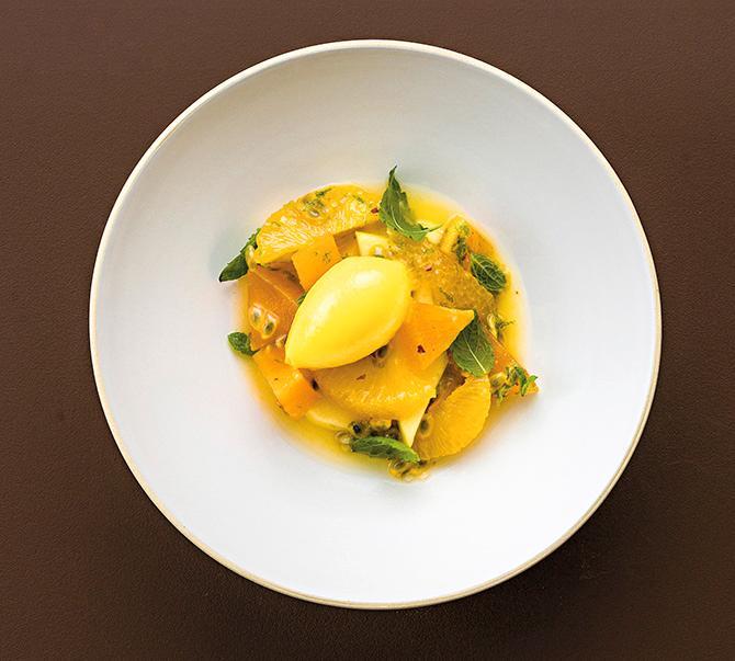 Fruktsallad med mangosorbet.