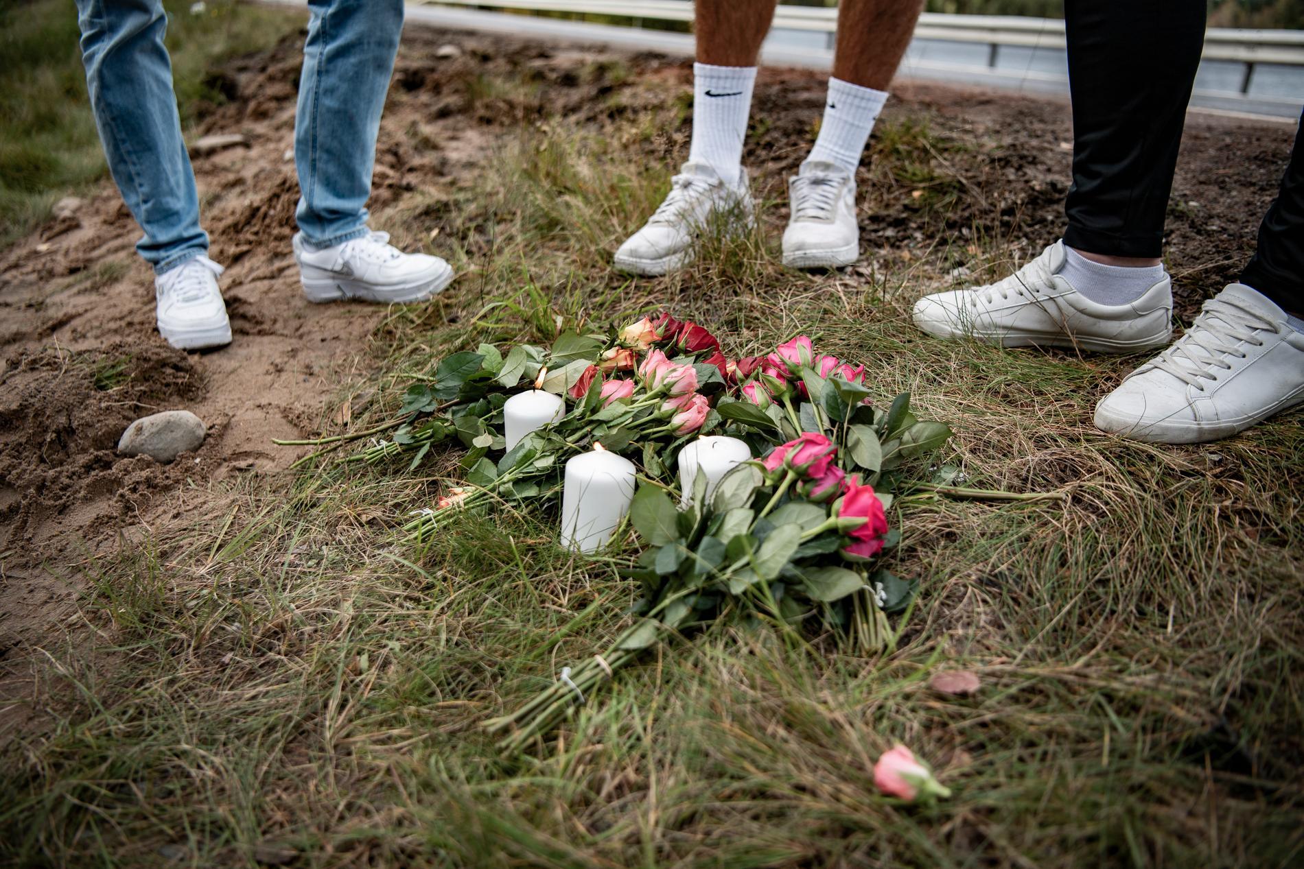 Blommor har lagts ner på platsen.