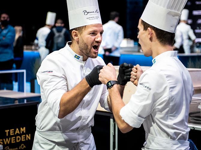 Sebastian Gibrand firar EM-bronset med sin commis (assistent) Jakob Persson. Men i VM siktar han två snäpp högre.